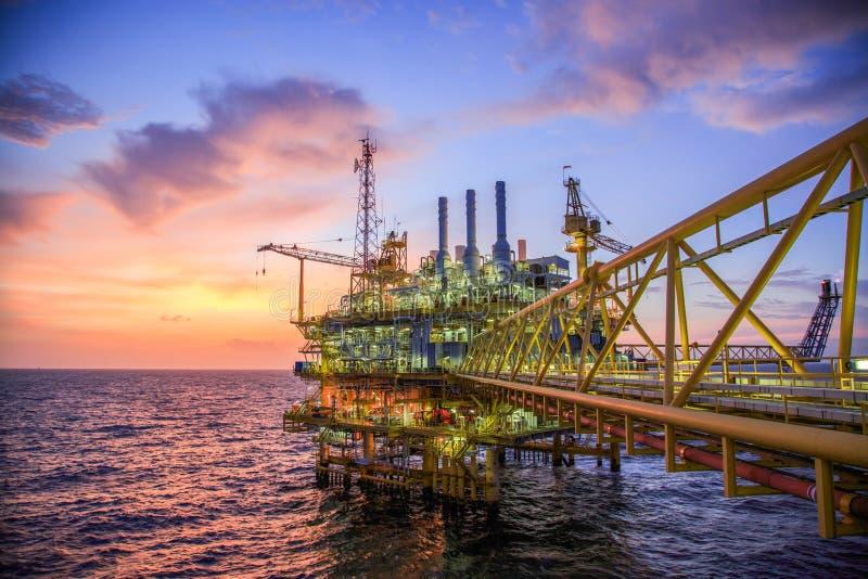 Piattaforma del gas e del petrolio o piattaforma della costruzione nel golfo o nel mare, processo di produzione per olio e indust fotografia stock libera da diritti