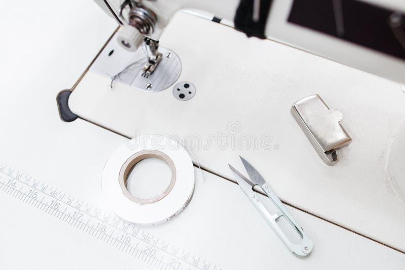 Piattaforma della macchina per cucire con la vista superiore dei rifornimenti immagini stock libere da diritti