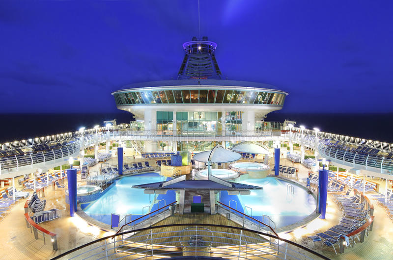Piattaforma della nave da crociera alla notte immagine stock