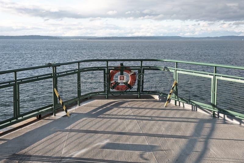 Piattaforma della nave del traghetto con il conservatore di vita fotografia stock libera da diritti