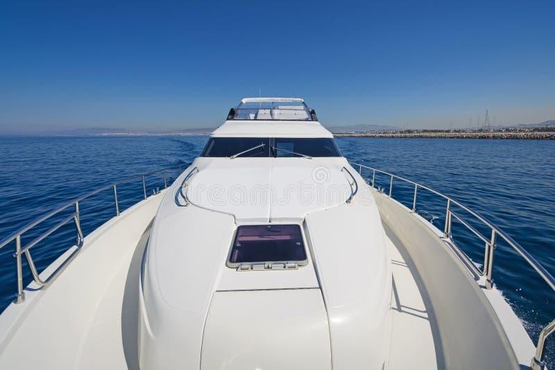 Piattaforma della prua di un yacht di lusso del motore immagine stock libera da diritti