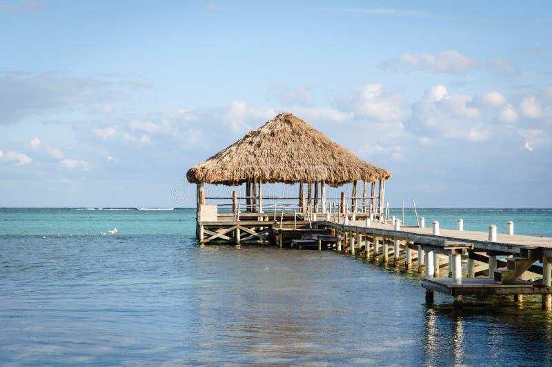 Piattaforma della spiaggia con Palapa fotografie stock