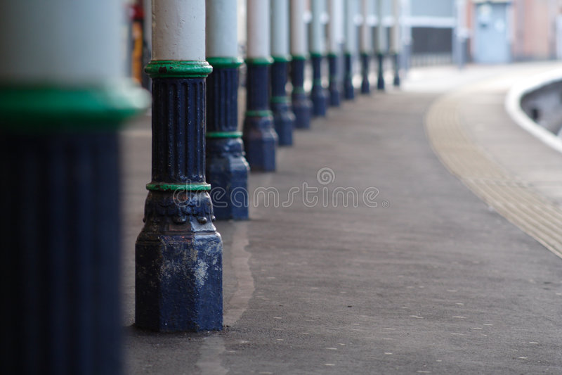 Piattaforma della stazione ferroviaria fotografie stock