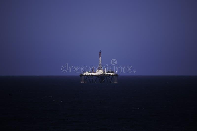 Piattaforma della trivellazione petrolifera in mare su chiaro cielo blu immagine stock
