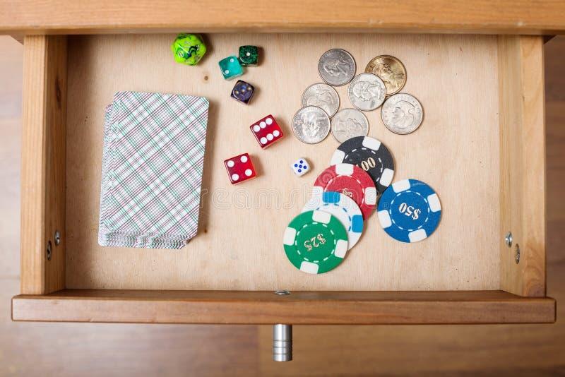 Piattaforma delle carte da gioco in cassetto aperto fotografia stock