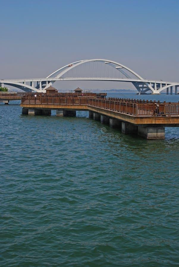 Piattaforma di galleggiamento con il ponte a Xiamen fotografie stock libere da diritti