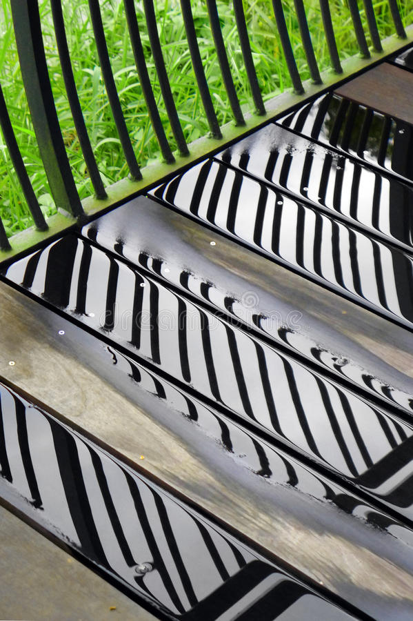 Piattaforma di legno del patio dopo pioggia immagini stock