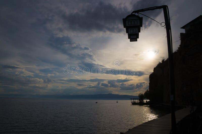 Piattaforma di legno nel lago Ocrida immagini stock