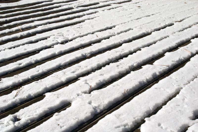 Piattaforma di legno in neve immagini stock libere da diritti
