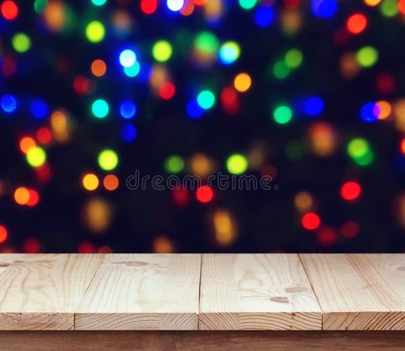 Piattaforma di legno vuota su fondo vago con bokeh fotografie stock libere da diritti