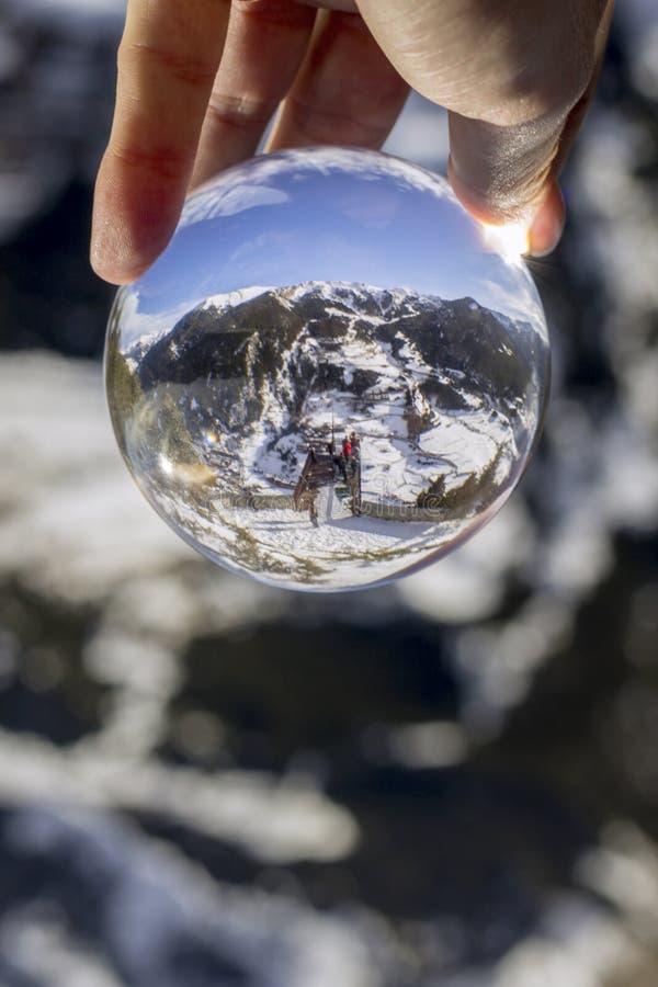 Piattaforma di osservazione della traccia di trekking di Roc Del Quer, vista di riflessione tramite sfera di cristallo l'andorra fotografia stock libera da diritti