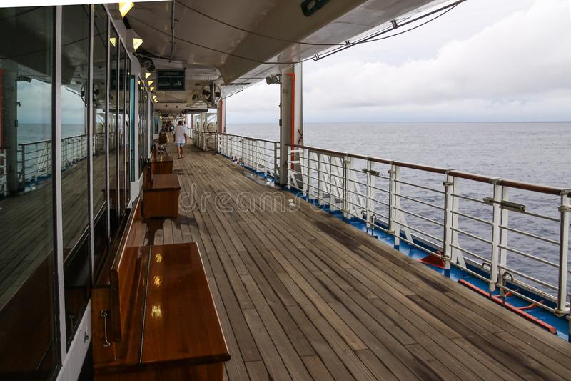 Piattaforma di passeggiata allineata tek della nave da crociera moderna immagine stock libera da diritti