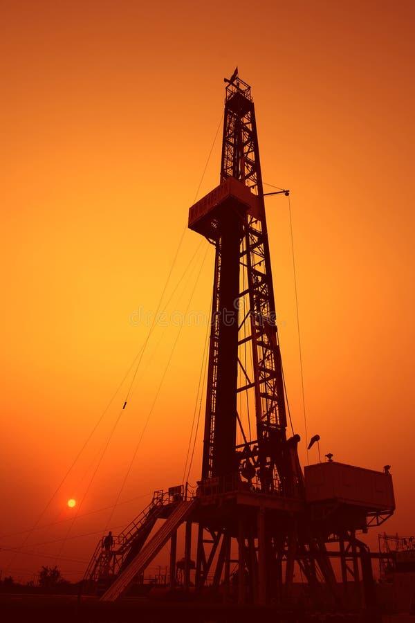 Piattaforma di produzione al tramonto immagine stock libera da diritti