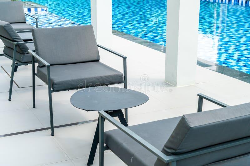 piattaforma e sedia all'aperto del patio fotografie stock libere da diritti
