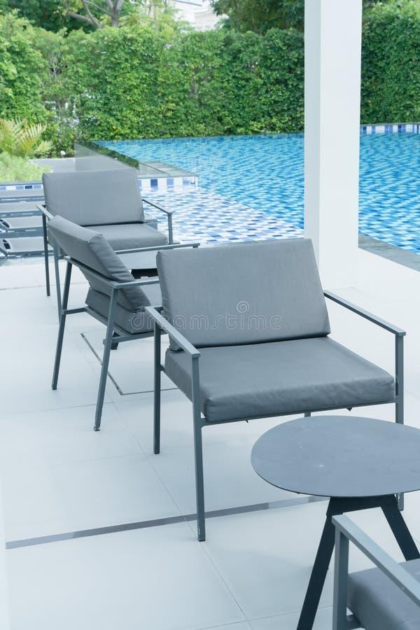piattaforma e sedia all'aperto del patio immagini stock libere da diritti