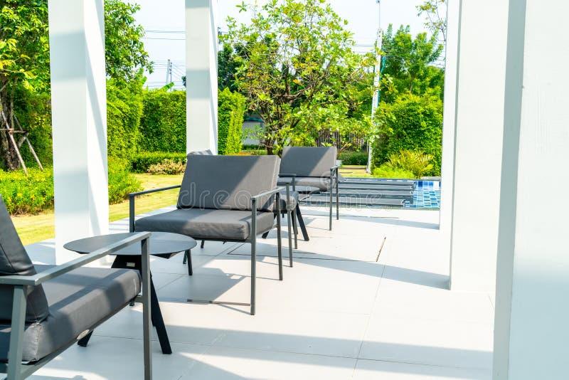 piattaforma e sedia all'aperto del patio immagine stock libera da diritti