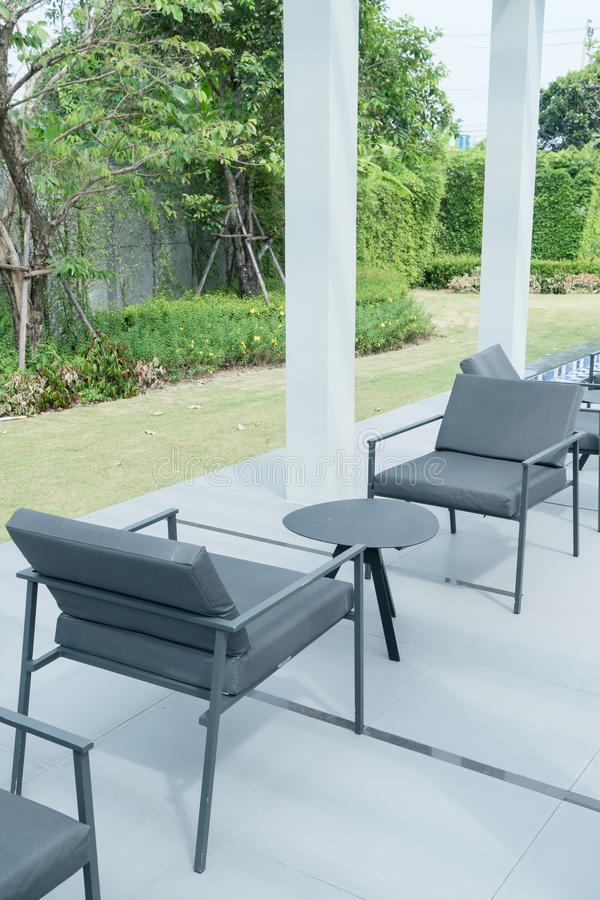 piattaforma e sedia all'aperto del patio immagine stock