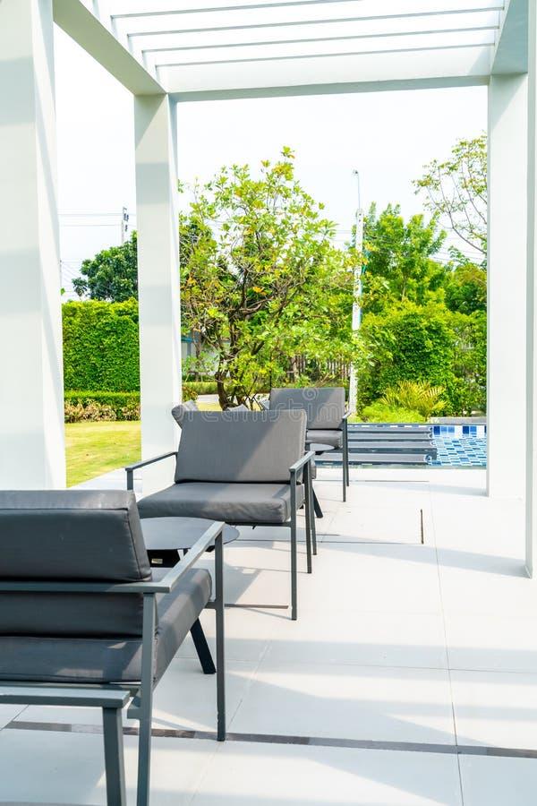 piattaforma e sedia all'aperto del patio fotografia stock libera da diritti
