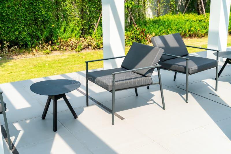 piattaforma e sedia all'aperto del patio fotografia stock