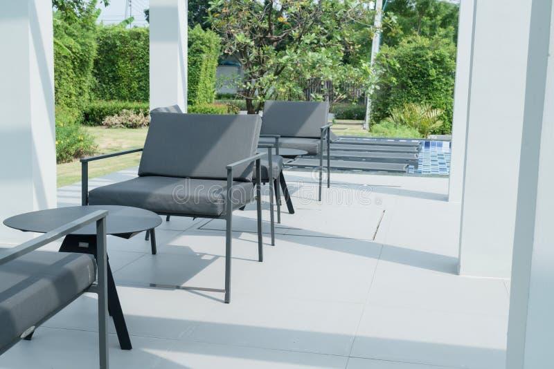 piattaforma e sedia all'aperto del patio fotografie stock