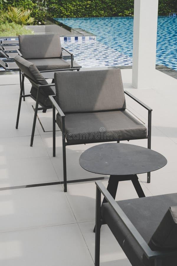 piattaforma e sedia all'aperto del patio immagini stock
