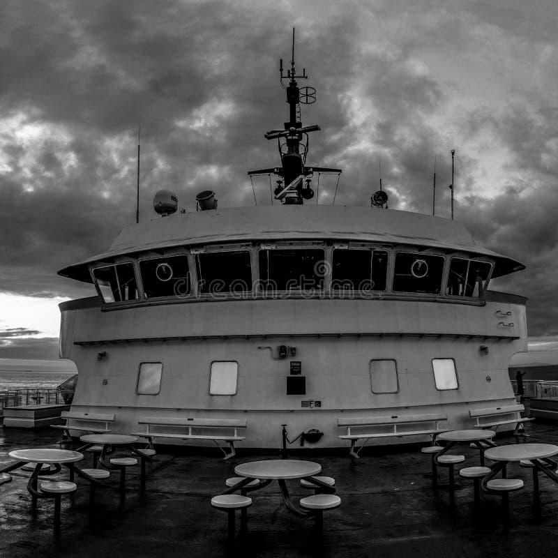Piattaforma e sovrastruttura del passeggero della nave del traghetto con il cielo nuvoloso su fondo fotografia stock libera da diritti