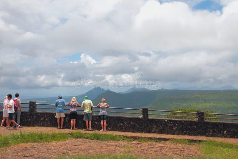 Piattaforma e turisti di osservazione in canyon del ` del parco del ` nero del fiume mauritius immagine stock