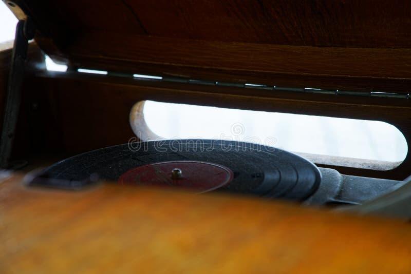 Piattaforma girevole, vecchio stilo su un disco girante, fuoco filtrato e selettivo d'annata del giradischi fotografia stock libera da diritti