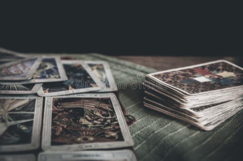 Piattaforma mistica occulta dei tarocchi e vecchie carte di tarocchi che mettono su tavola per una lettura rituale pagana magica  immagine stock libera da diritti