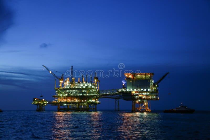 Piattaforma offshore della costruzione per il petrolio e gas di produzione, olio e industria del gas e duro lavoro, piattaforma d immagini stock libere da diritti