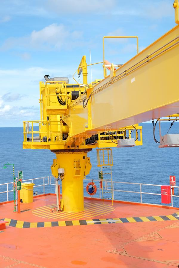 piattaforma offshore della ripresa esterna della testa di pozzo della gru fotografie stock