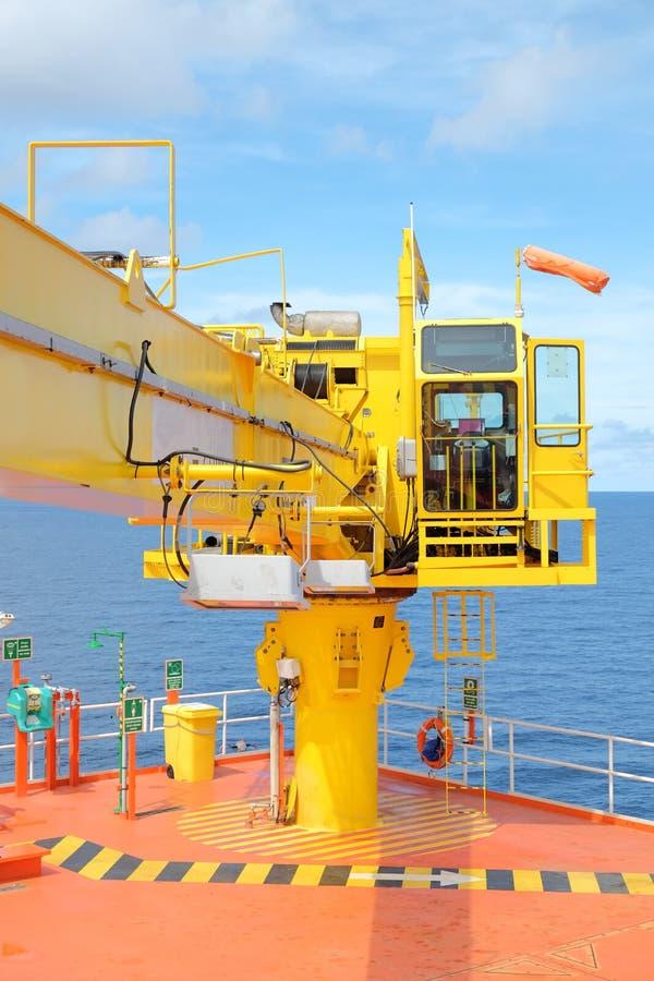 piattaforma offshore della ripresa esterna della testa di pozzo della gru fotografia stock libera da diritti
