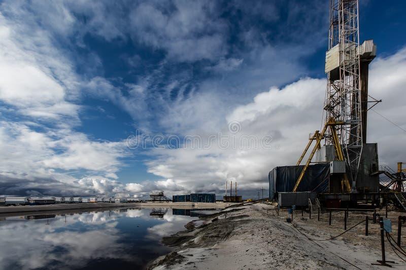 Piattaforma petrolifera e casa immagini stock libere da diritti