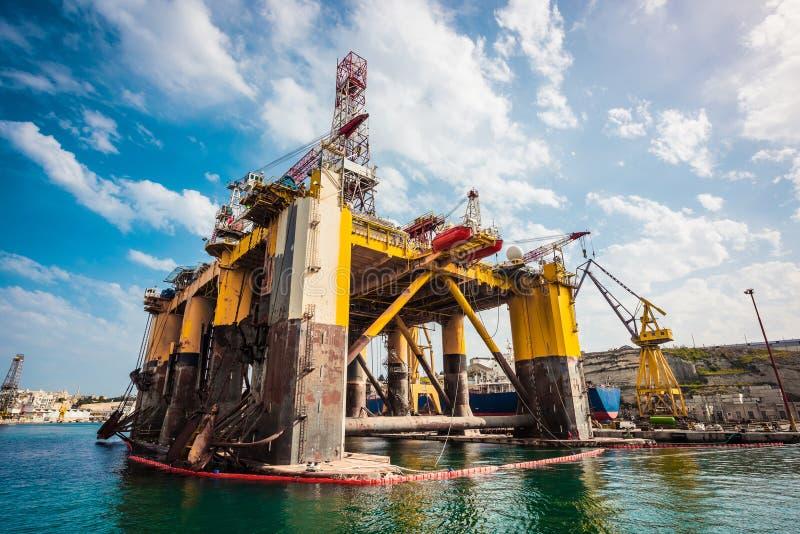 Piattaforma petrolifera nella riparazione immagini stock libere da diritti