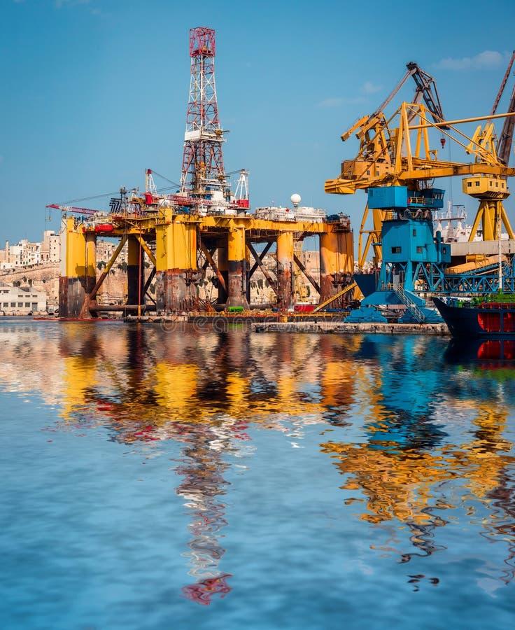 Piattaforma petrolifera nella riparazione fotografie stock libere da diritti