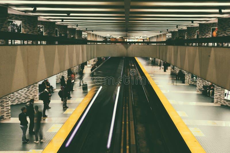 Piattaforma sotterranea della metropolitana di Montreal immagini stock
