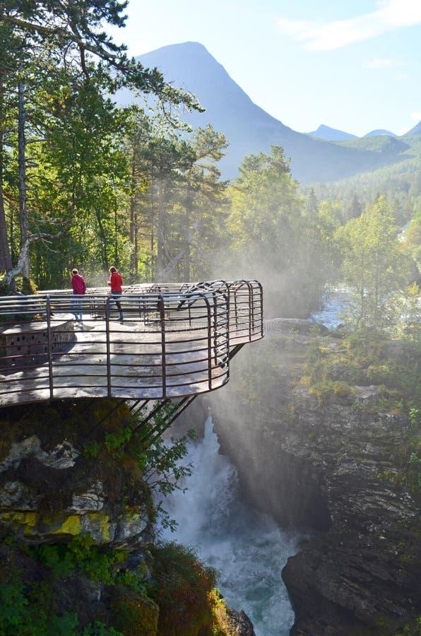 Piattaforma turistica di osservazione della cascata a Gudbrandsjuvet in pi? provincia Norvegia di Romsdal del og immagine stock libera da diritti