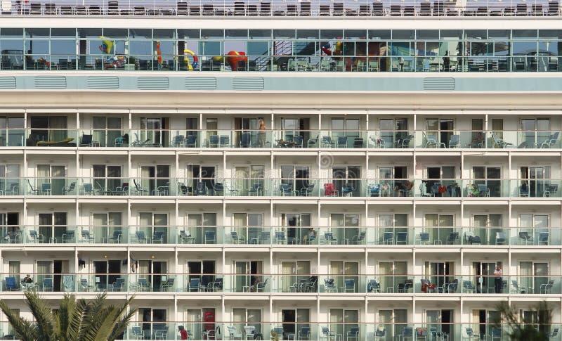Piattaforme della nave da crociera a porto fotografie stock libere da diritti