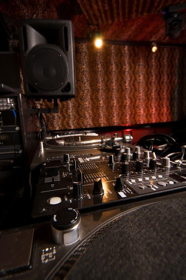 Piattaforme e miscelatore del DJ fotografie stock libere da diritti