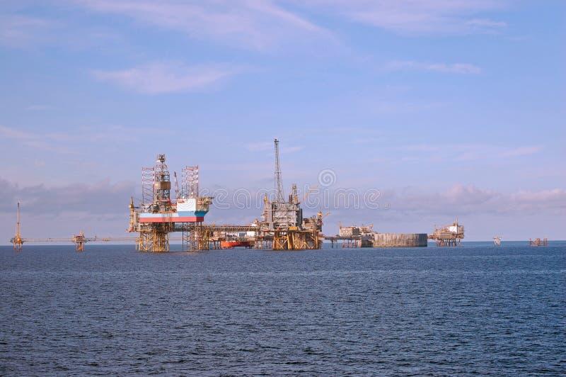 Piattaforme petrolifere in Mare del Nord immagini stock libere da diritti