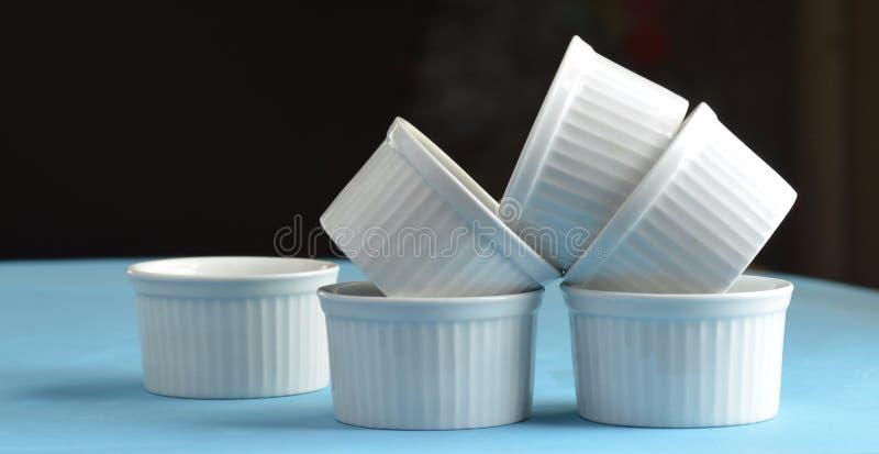 Piatti bianchi di cottura del ramekin della porcellana fotografia stock
