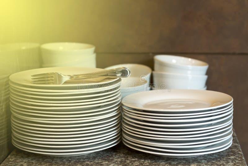 Piatti bianchi sulla tavola ceramica immagine stock