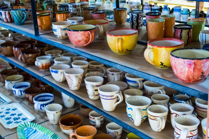 Piatti ceramici dipinti tradizionali da vendere ad un negozio Creta, Grecia, Europa del centro urbano immagine stock