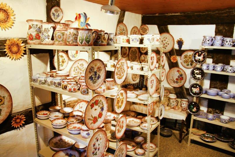 Piatti ceramici fatti a mano e potties dell'artigiano in un piccolo negozio immagine stock