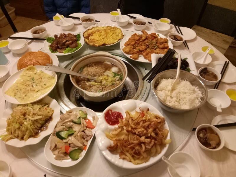 Piatti cinesi della cena di riunione sulla tavola immagine stock