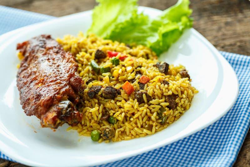 Piatti deliziosi da carne di tacchino con le foglie dell'insalata e del riso fotografia stock libera da diritti