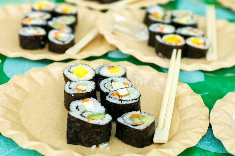 Piatti deliziosi dei sushi acciambellati fotografia stock