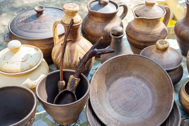 Piatti dell'argilla Terrecotte rustiche tradizionali Brown e vasaio beige fotografie stock libere da diritti
