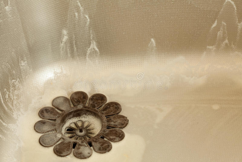 Piatti di lavaggio Lavandino di cucina con schiuma housework immagine stock libera da diritti