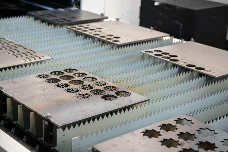 Piatti di metallo di taglio della taglierina del laser immagini stock libere da diritti